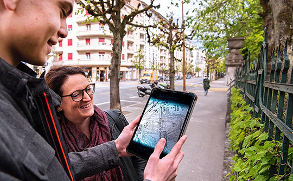 Une étudiant et un étudiant dans la rue avec une tablette