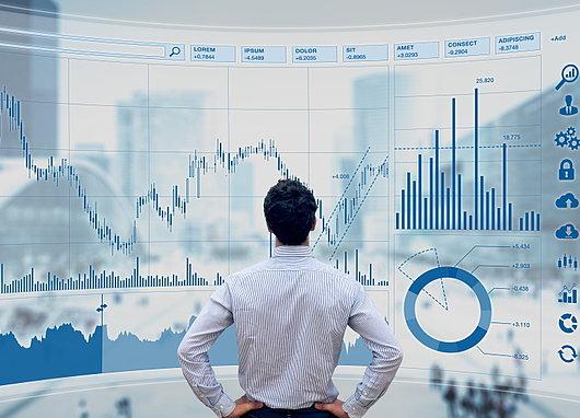 Responsable analysant des graphiques avec des données financières