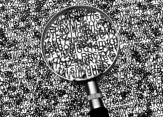 Texte crypté sous une loupe