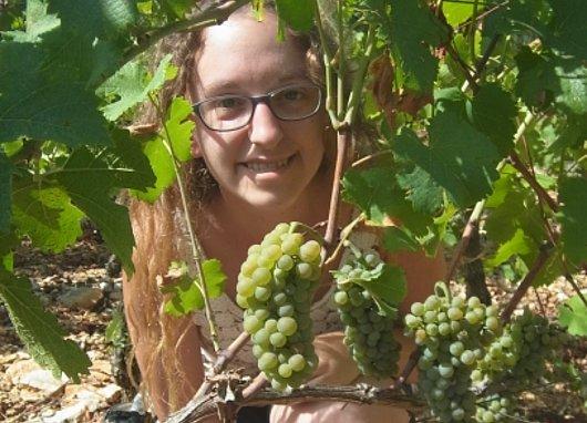 Etudiante au milieu des vignes