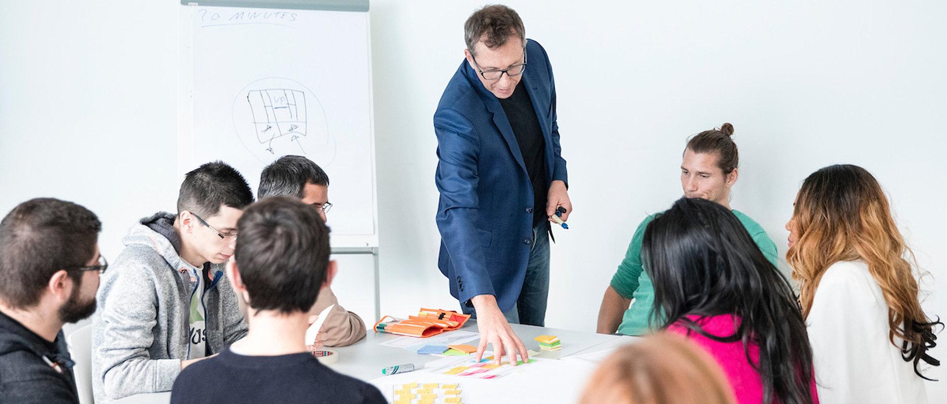 Enseignant expliquant un exercice à ses étudiant-e-s