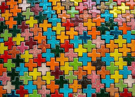 Croix multicolores embriquées