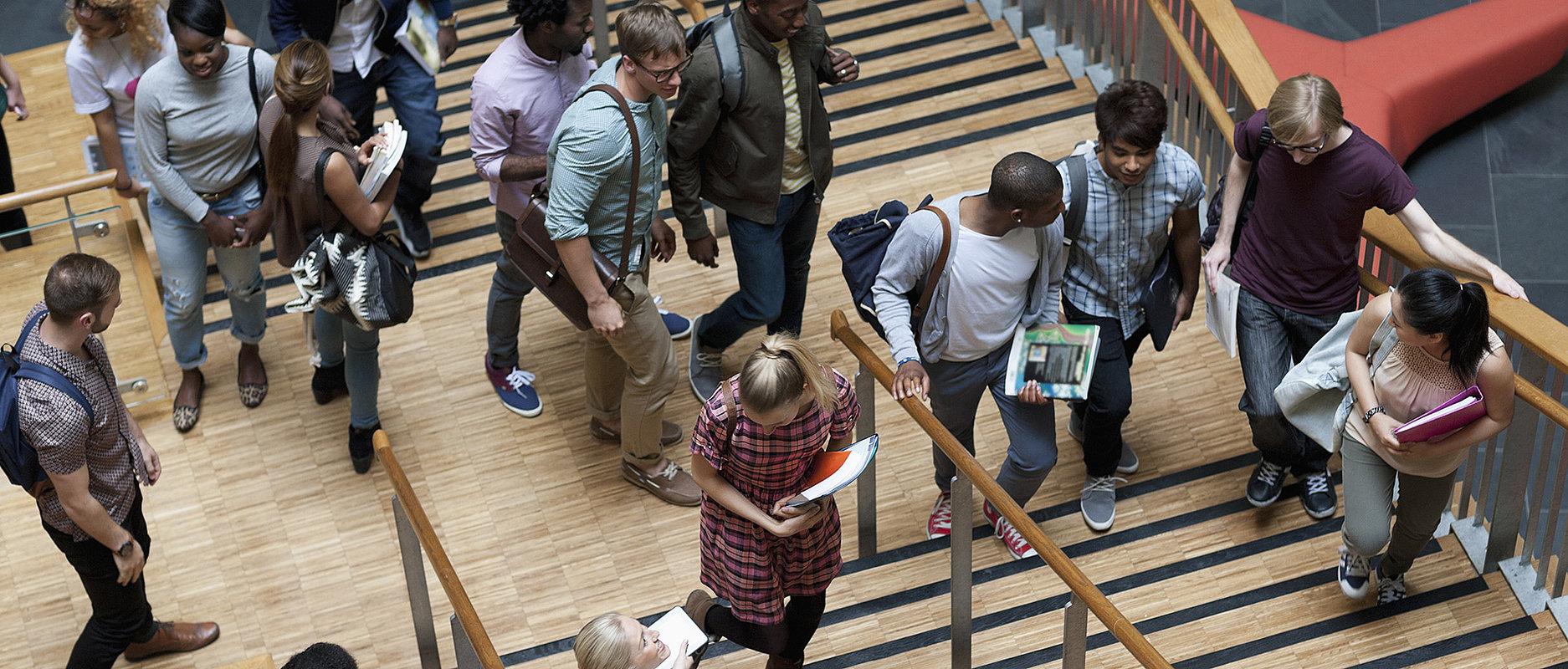Etudiant-e-s dans les couloirs d'une haute école