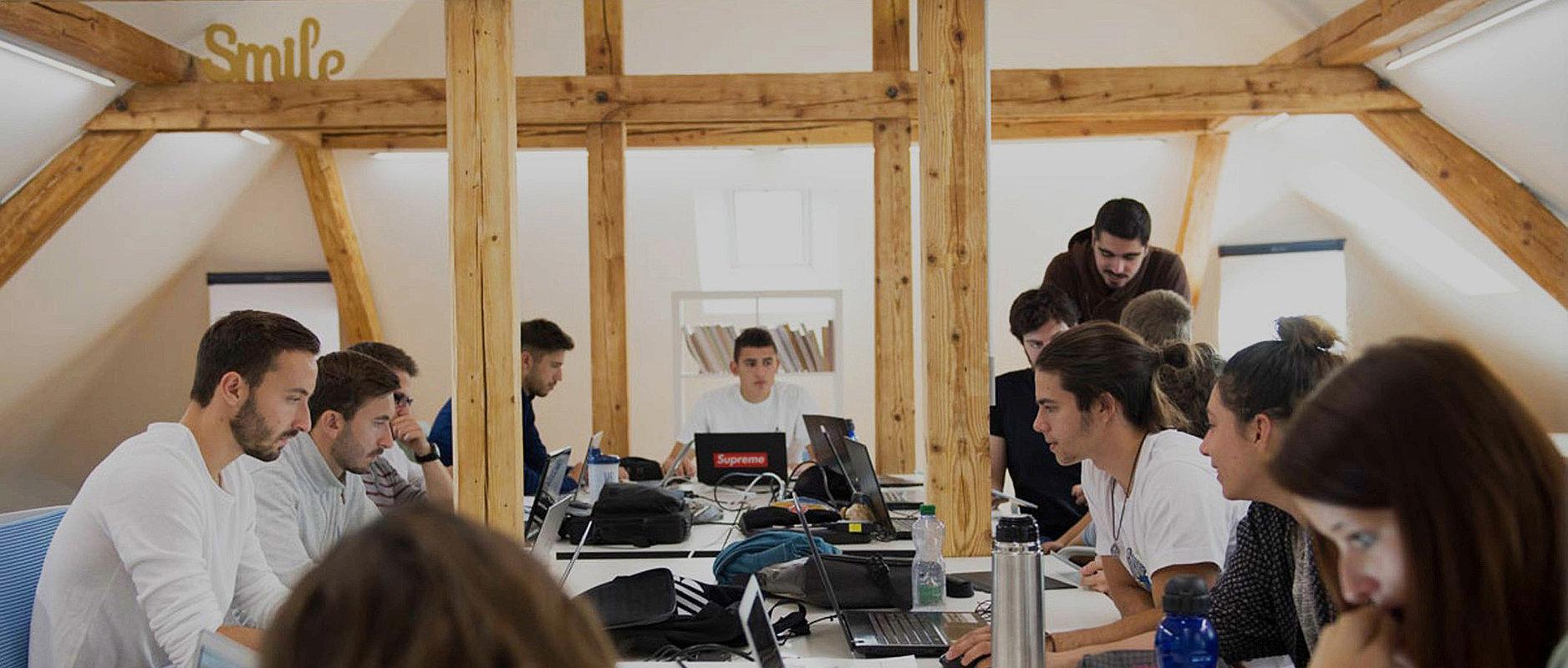 Etudiant-e-s dans bâtiment Team Academy