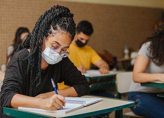 Etudiante en train d'écrire