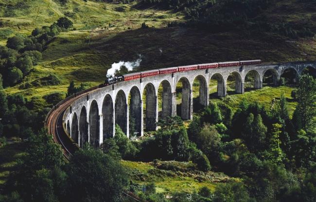 Train circulant sur un pont