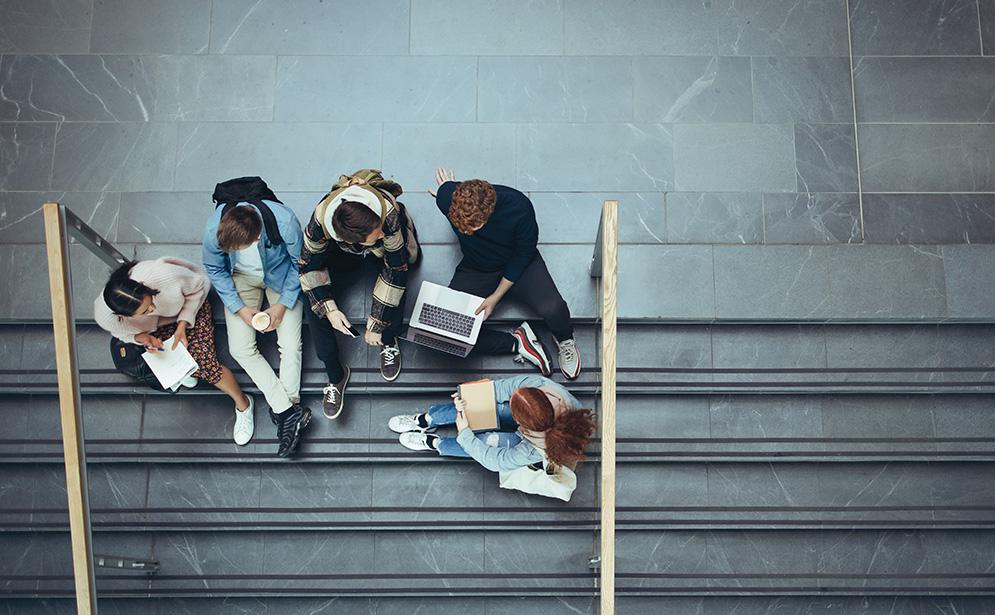 Etudiant·es assis sur un escalier - campus