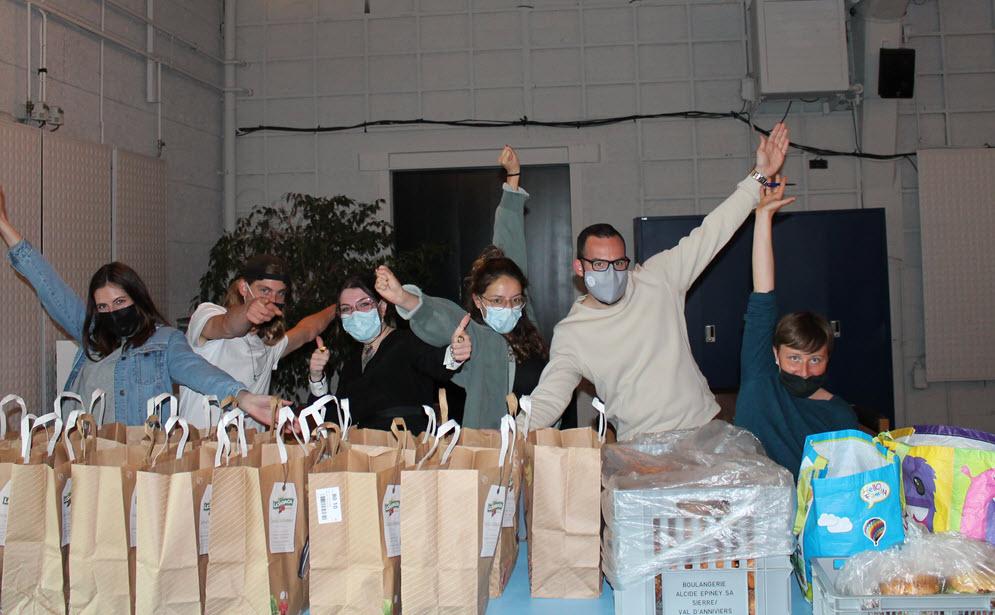 étudiants distribuent aliments épicerie solidaire